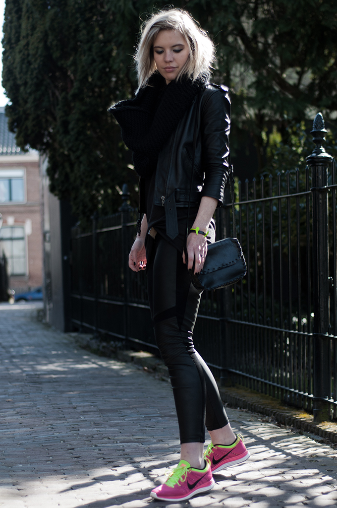 Fashiom blogger all nlack big scarf comfortable sneakers