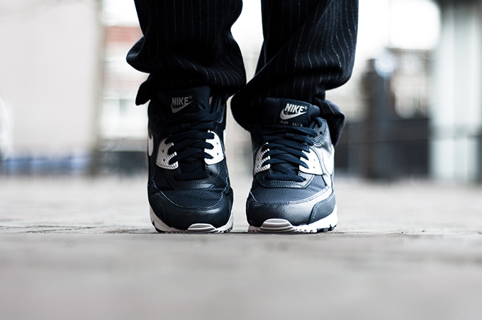 Nike air max 90 sneakers blue white marine slouchy pinstripe pants fashion blogger details