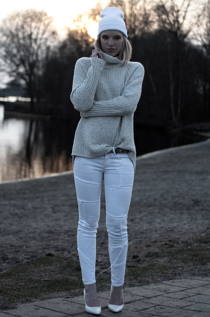 White patchwork jeans cream turtleneck beanie outfit