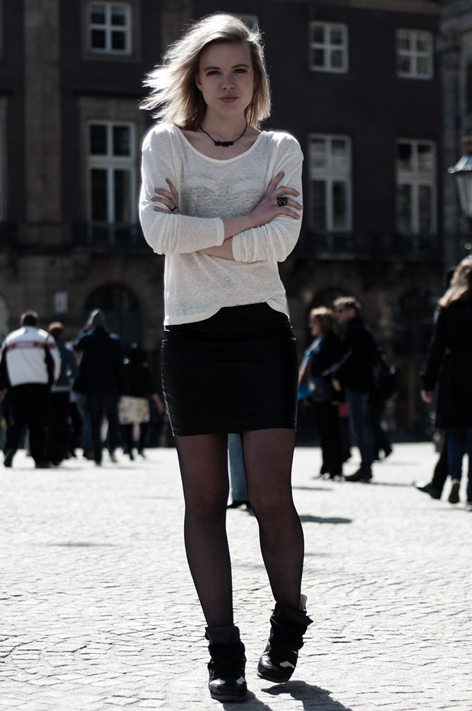 Model streetstyle girl cream oversized tee blogtoday sanoma necklace knock off sneaker wedges