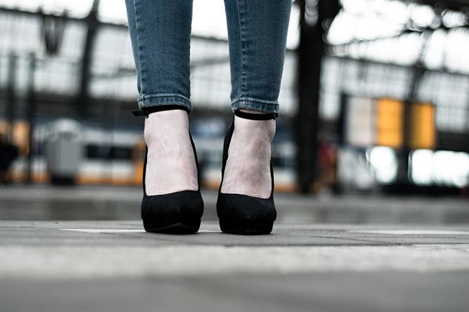 Carvela Kurt Geiger suede pointy toe black platform strappy killer heels