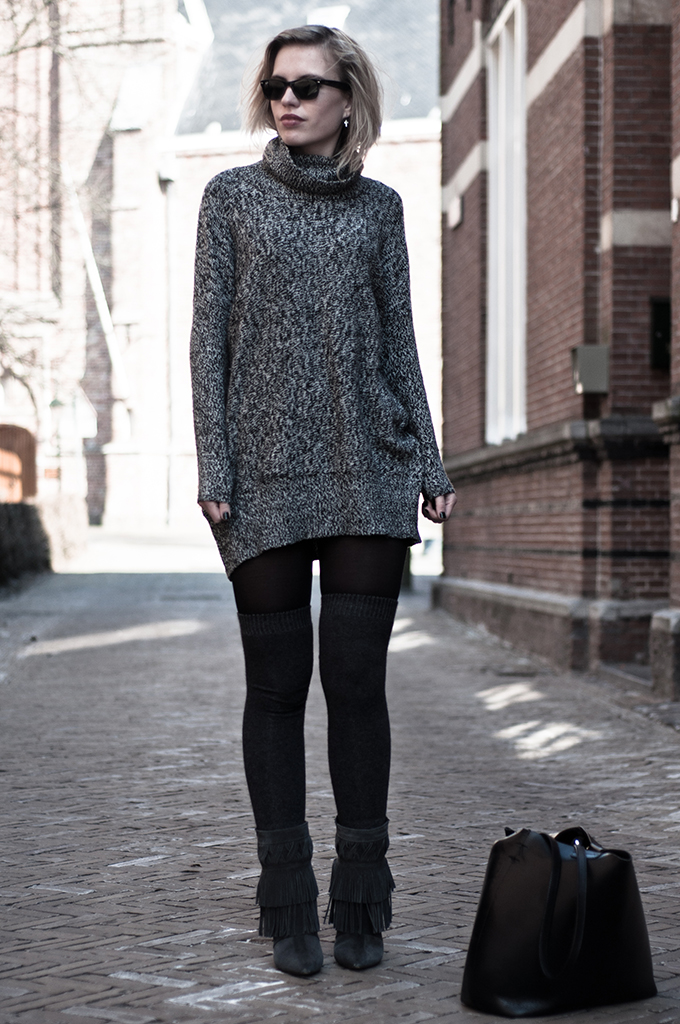 Outfit oversized turtleneck thigh high overknee socks fringe boots