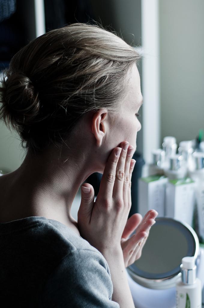 Fashion blogger testing natural organic puravtia products face cream