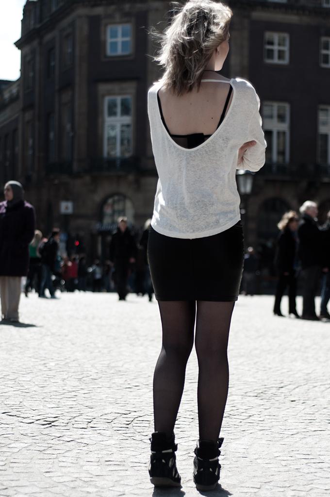 Model girl fashion blogger tight ass leather skirt tights bra mesh fishnet cream oversized tee