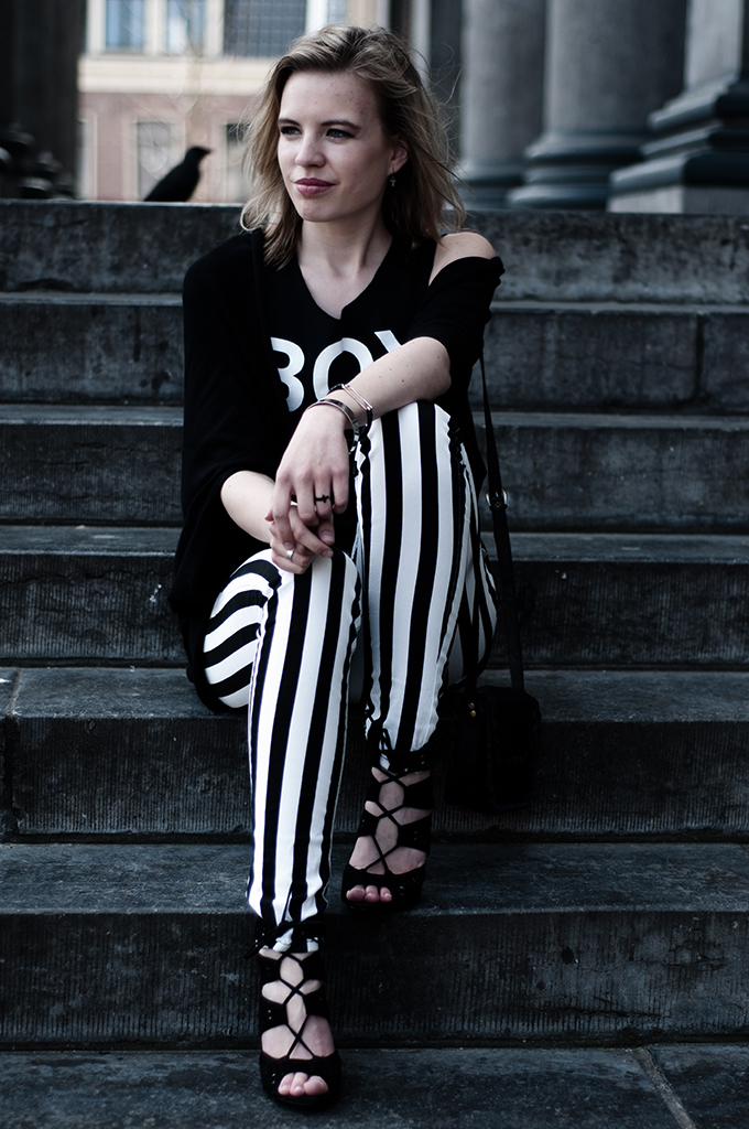 Girl streetstyle sitting on the stairs black and white rock edgy outfit