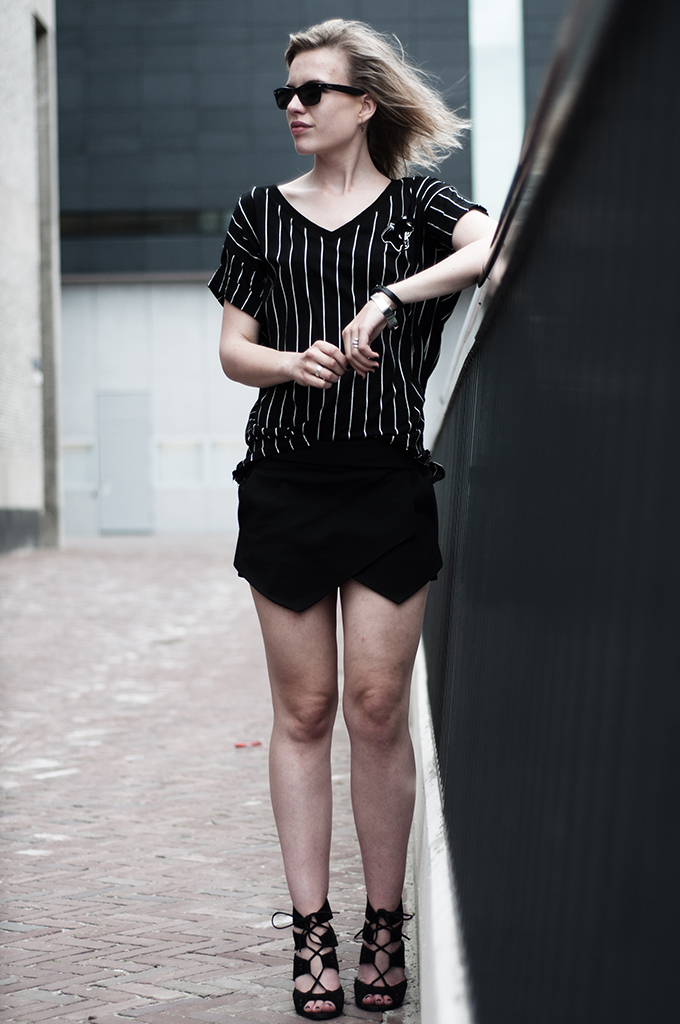 Fashion blogger wearing oversized baseball tee Zara fold skirt lace up sandals suede rock