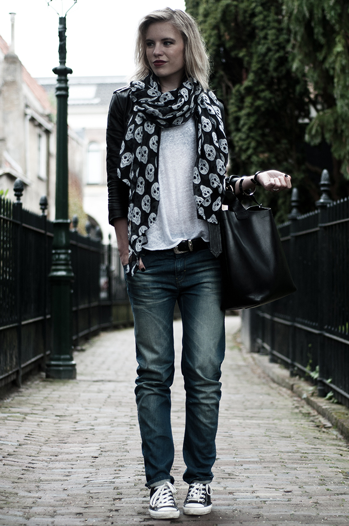 Streetstyle skull print scarf baggy trousers jeans denim pants white tee oversized basic fashion blogger outfit the sting