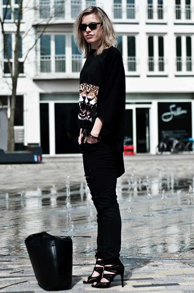 Fashion blogger outfit streetstyle rock all black mango ripped jeans givenchy KO tiger leopards rawr tee