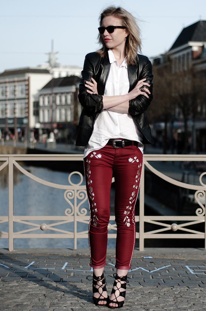 Fashion blogger outfit leather jacket mango all black ray-ban wayfarer isabel marant pants zara sandals