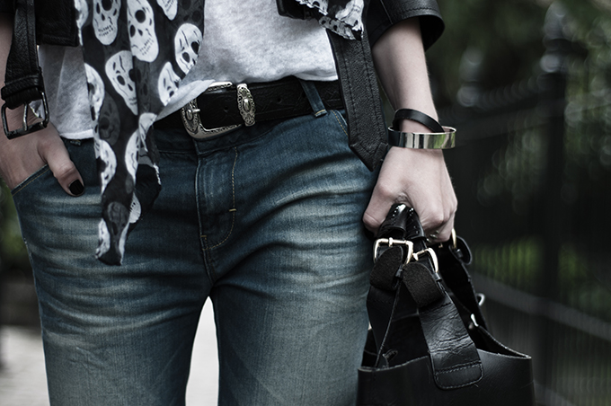 outfit details streetstyle fashion blogger western cowboy belt boyfriend baggy pants skulls skull printed scarf white tee