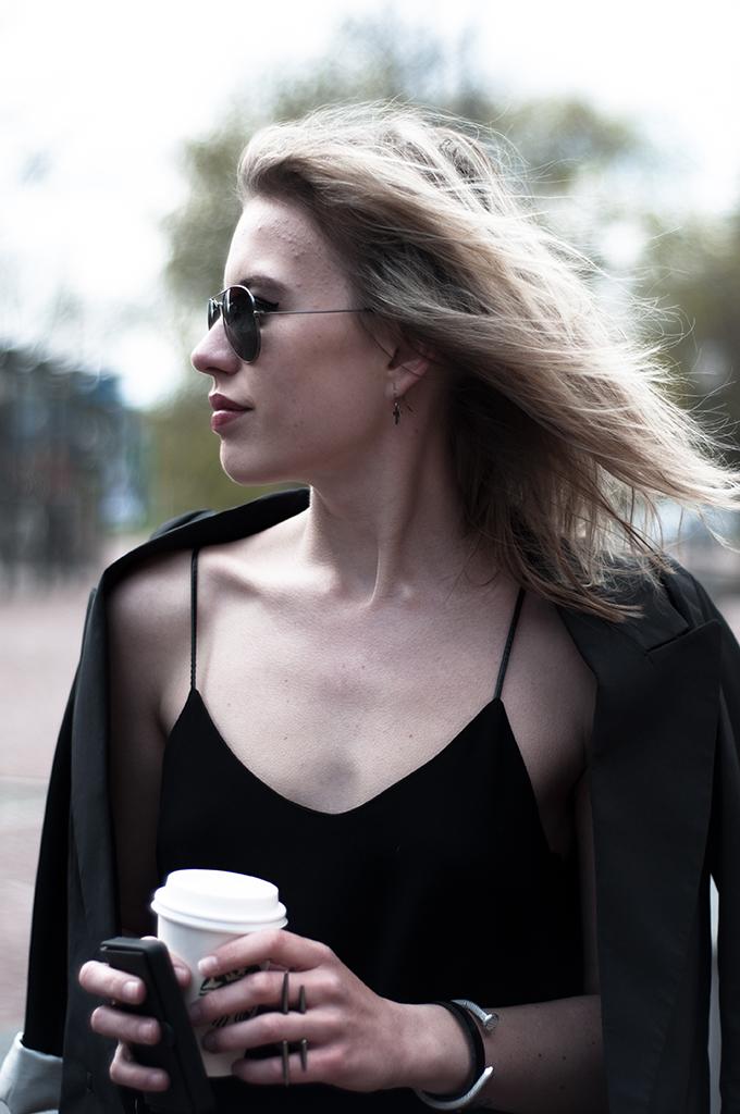 Model girl rock chick biker full big lips angelina jolie blonde messy hair look-a-like rayban sunglasses aviator H&M trend