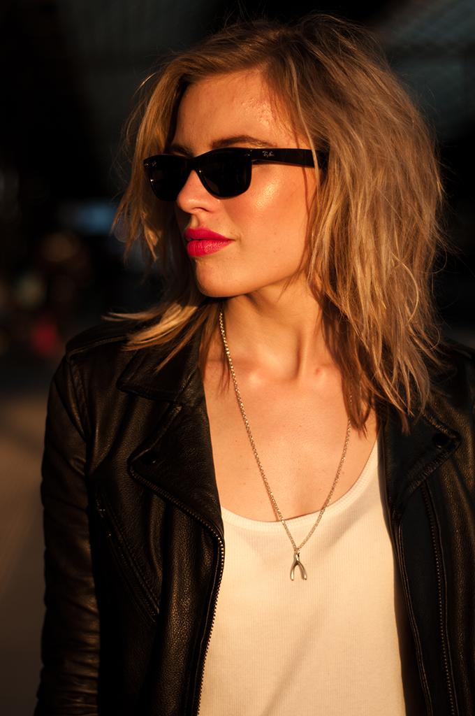 Rock chick girl model messy hair blond rayban wayfarer pink lipstick full lips fashion blogger beauty bedheas