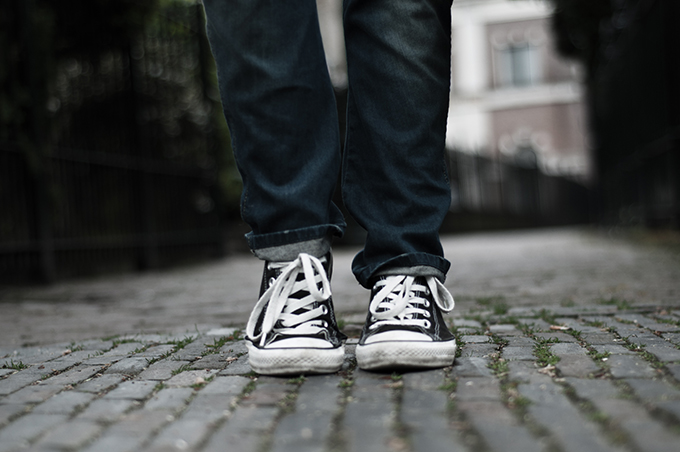 Outfit fashioin blogger wearing details converse all stars baggy oversized jeans blue black dirty worn