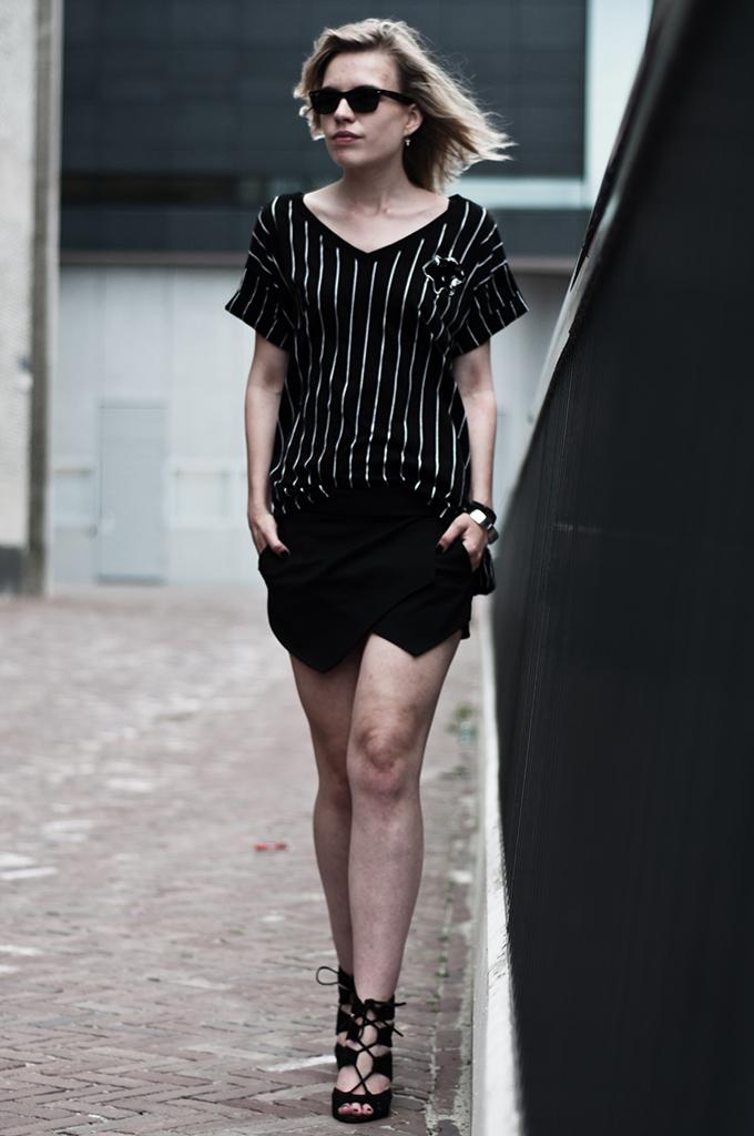 Streetstyle model girl walking baseball tee sporty sportsluxe tee all black fold skirt skort Zara