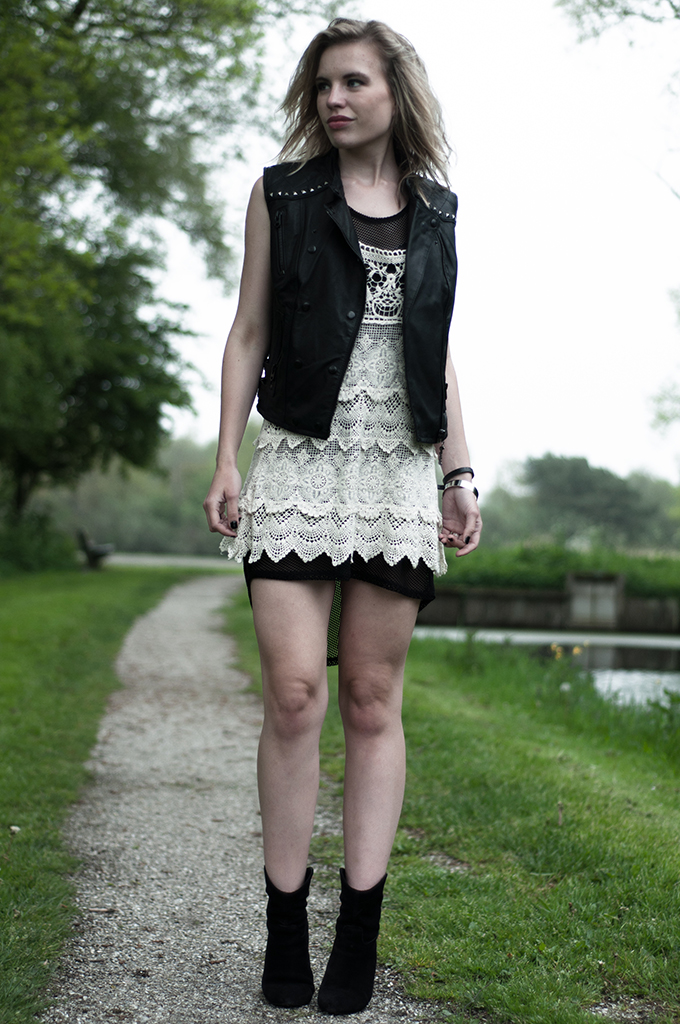 Fashion blogger outfit chicisimo crochet dress lace mesh fishnet mango suede boots leather biker gilet the sting