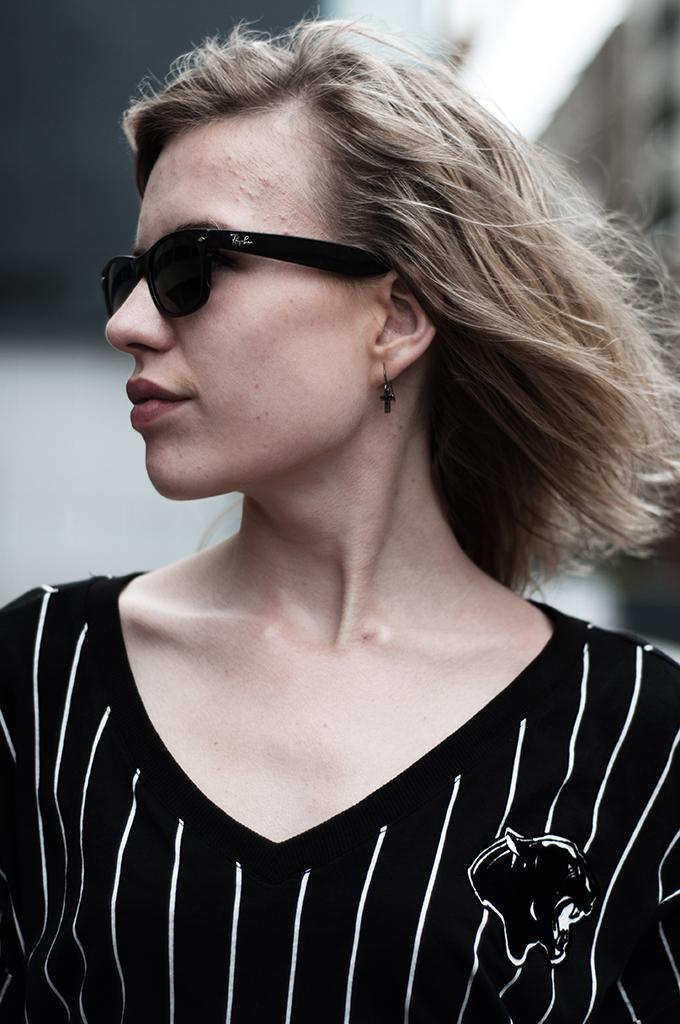 Details rayban wayfarer sunnies sunglasses oversized baseball tee blond rock chick full lips
