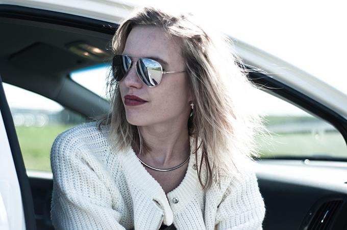 Portrait fashion blogger details messy hair blonde mirror sunnies