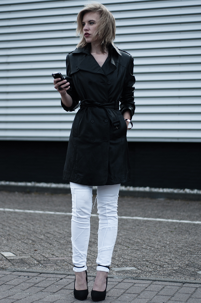 Streetstyle fashion blogger iphone case ponyhair all black outfit long leather trench trenchcoat white jeans