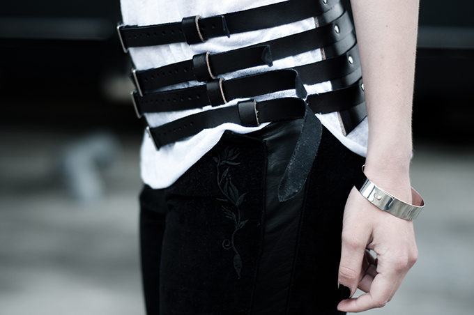 Outfit details streetstyle fashion blogger embroidered isabel marant KO pants trousers leather suede belt strappyt steampunk