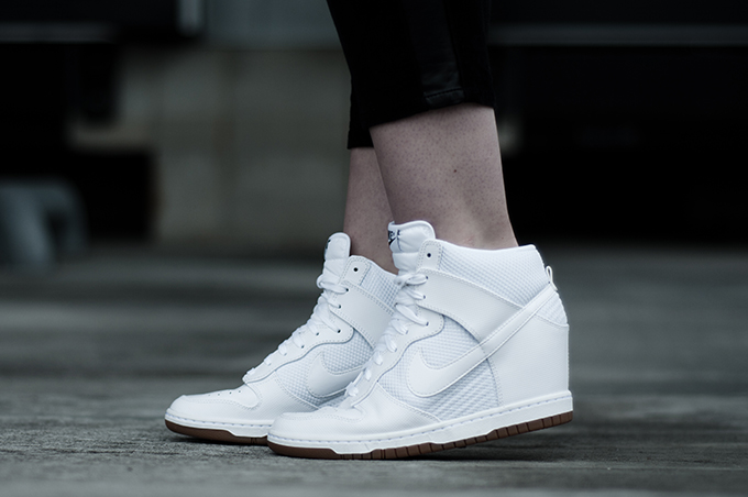 Outfit details sneakers Nike Dunk Sky High Hi all white shoes wedge sneakerwedges fashion blogger wearing