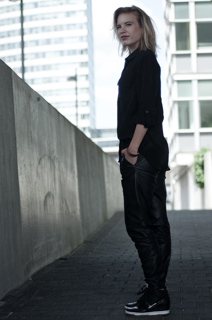 Fashion blogger streetstyle model off duty all black everything outfit wearing slouchy leather pants Céline Mango