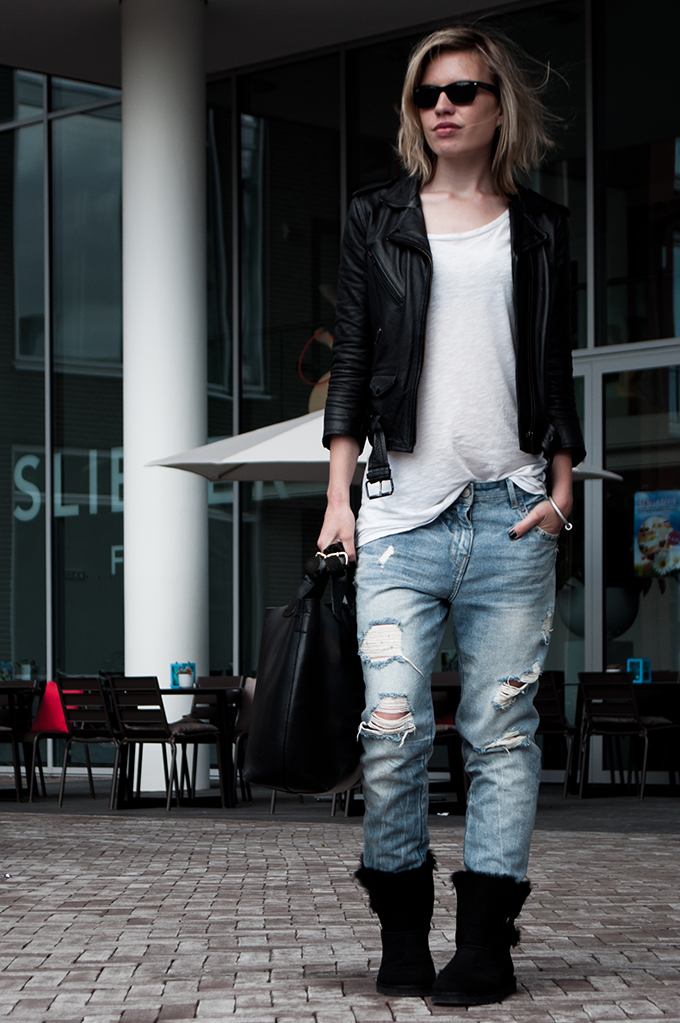 Streetstyle Uggs Ugg ugly wearing fashion blogger baggy oversized boyfriend comfy comfortable jeans pants slouchy leather jacket rock chick