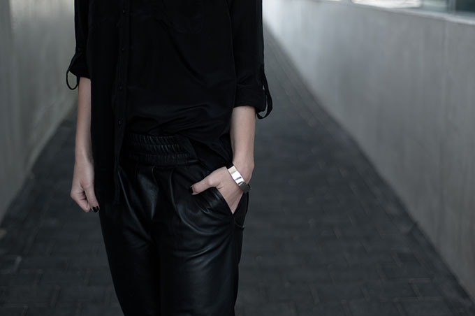 Fashion week streetstyle fashion blogger all black everything outfit details leather pants slouchy silver