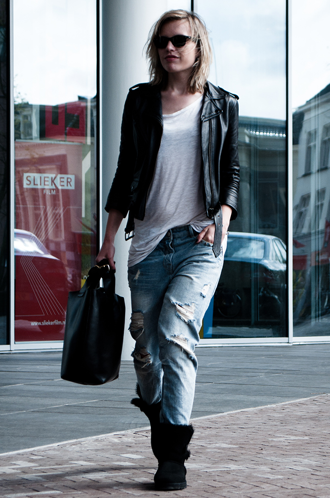 Walking down the streets fashion blogger streetstyle wearing comfy comfortable boyfriend jeans uggs ugg leather jacket
