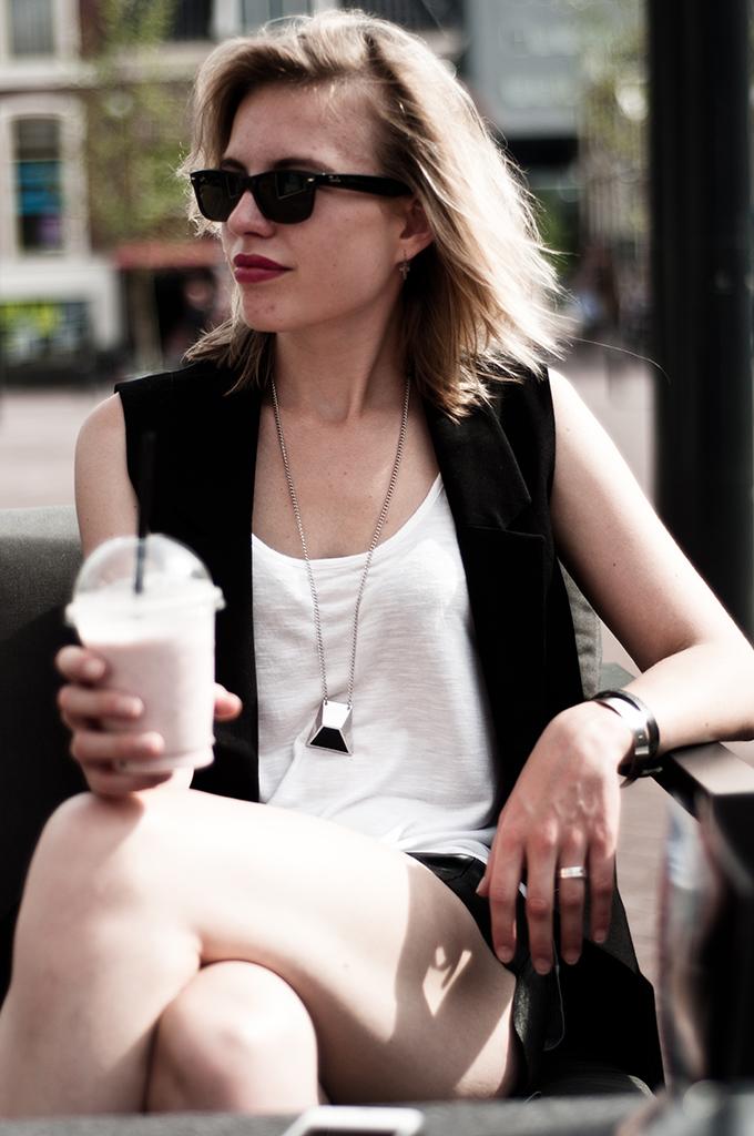 details outfit fashion blogger rayban ray-ban wayfarer douwe egberts café leeuwarden ice tea smoothie bandhu necklace