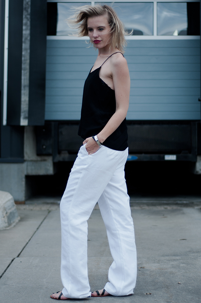 Outfit streetstyle fashion blogger week Céline slouchy suit pants white flat strappy sandals H&M trend