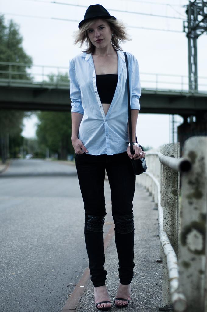 Fashion blogger wearing black fedora hat boyfriend shirt oversized skinny jeans lola brood