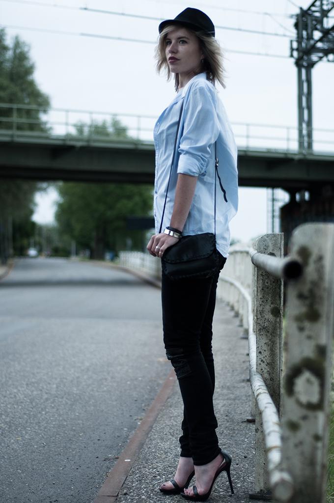 Streetstyle bandeau crop top fedorahat oversized menswear boyfriend shirt WE fashion