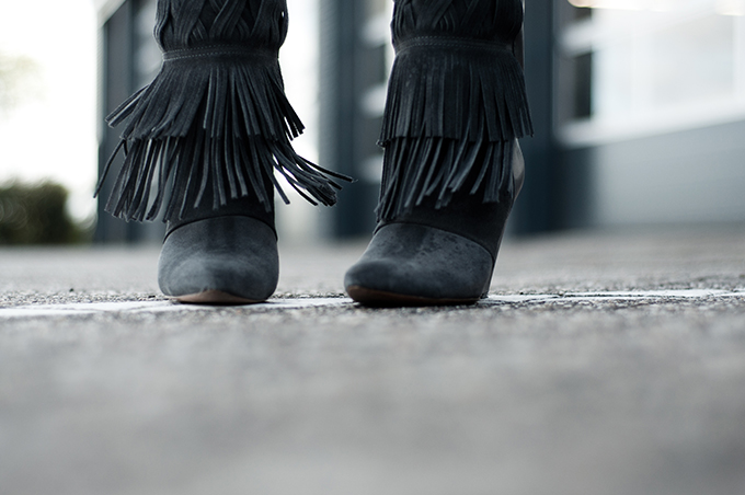 Outfit details fashion blogger wearing fringe fringed ankle boots grey the sting costes isabel marant look-a-like KO knock off