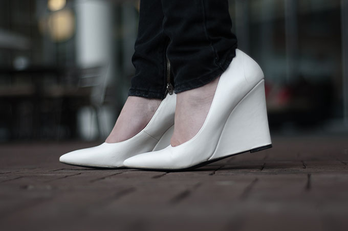 Outfit fashion blogger wearing white pointy mango wedges heels black skinny boyfriend jeans issue 1.3