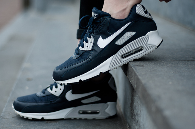 Outfit details sneakers shoes Nike Air Max 90 blue grey white fashion blogger streetstyle