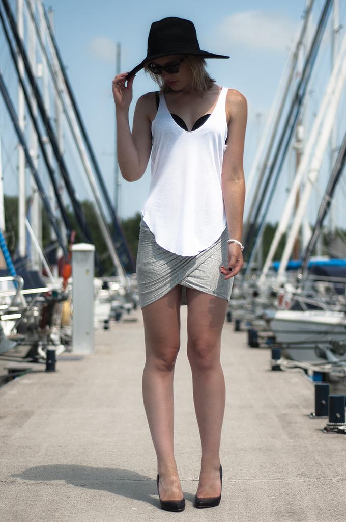 streetstyle fashion blogger wearing hunkemoller swimwear maximize bikini DIY wrap skirt big floppy hat