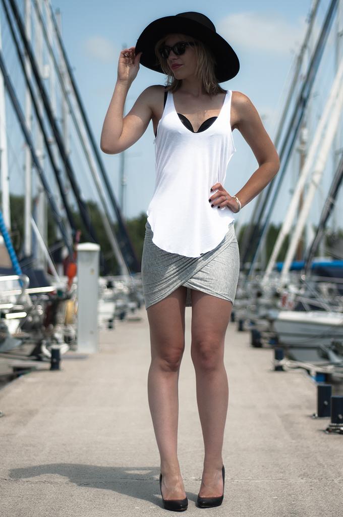 Fashion blogger streetstyle wearing DIY wrap skirt big floppy hat H&M New Icons hunkemoller bikini