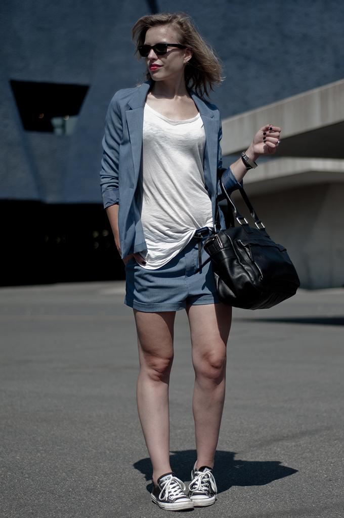 Fashion blogger wearing oversized baggy slouchy denim suit shorts blazer jacket blue H&M didvided ACNE knock off KO