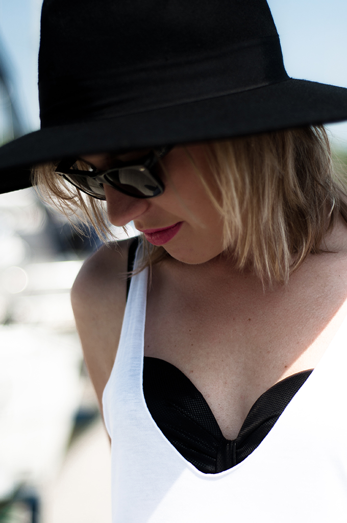 details fashion blogger model hunkemoller maximize wearing bikini rayban wayfarer big floppy hat black new icons