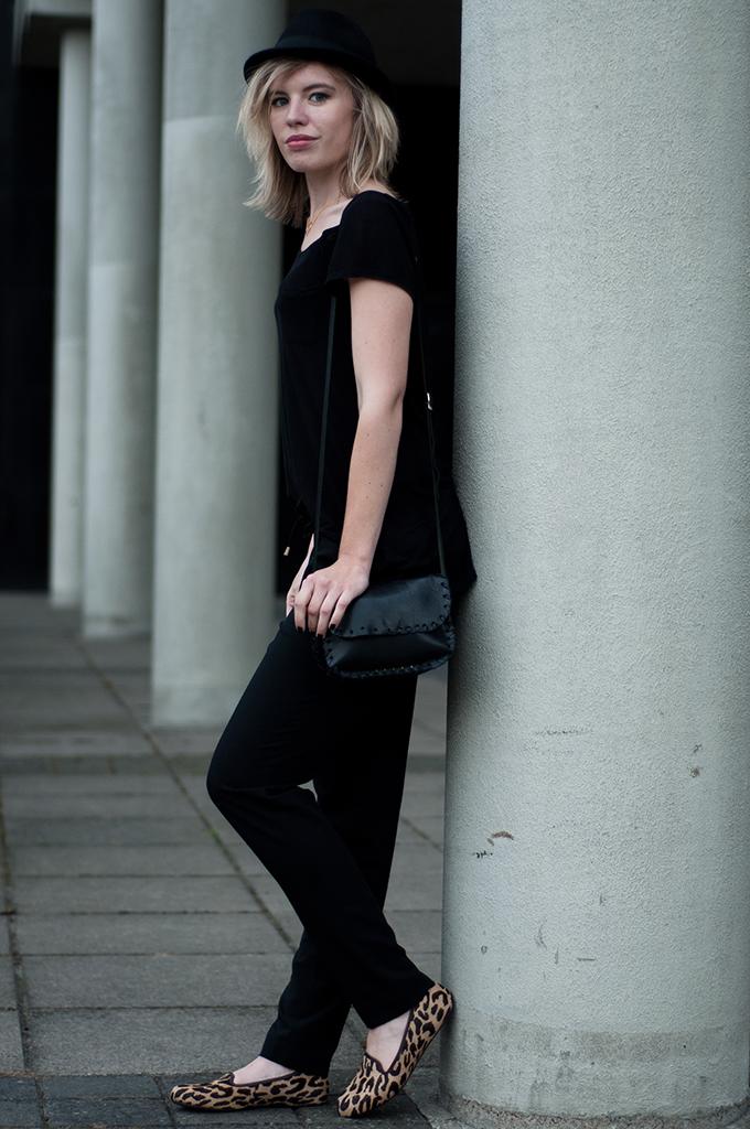 fashion blogger amsterdam fashion week wearing all black everything leopard ponyhair loafers fedora hat