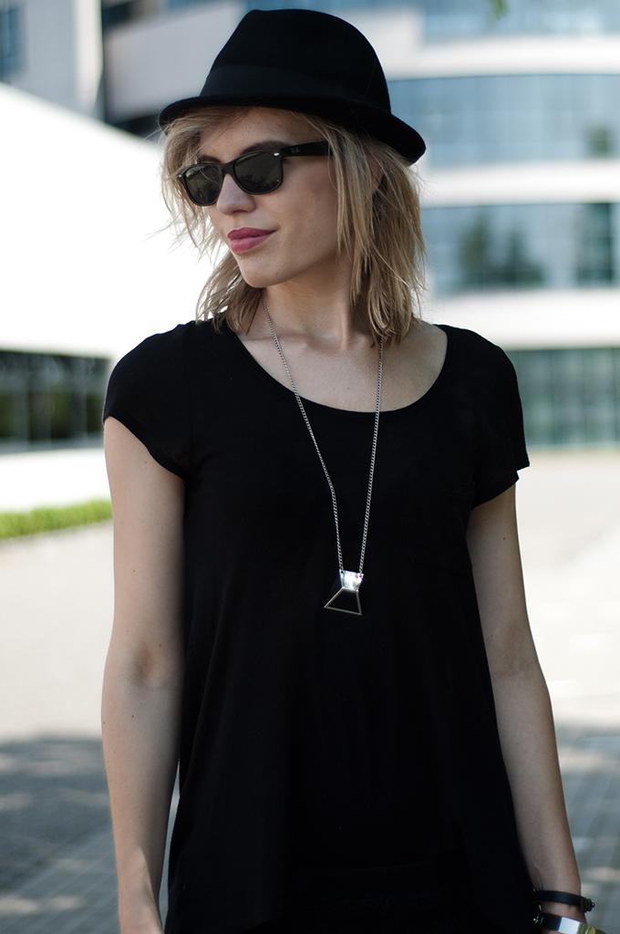Details rock chick messy hair blond fedora hat rayban wayfarer all black everything fashion blogger festival