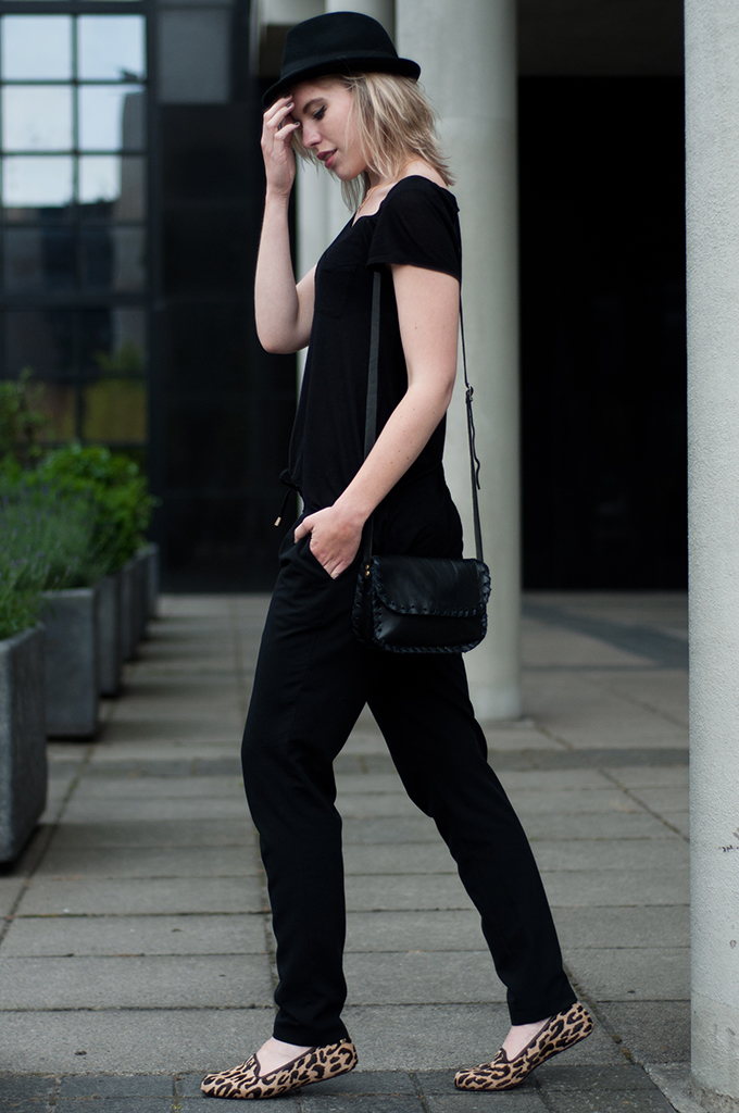 streetstyle model off duty wearing all black everything outfit blond messy hair fedora hat H&M UGG australia fashion outfit