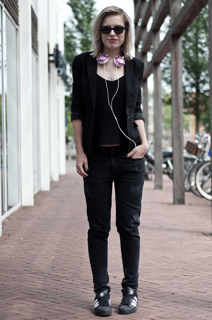 Fashion blogger all black outfit wearing adidas superstar Skullcandy pink lowrider headphones rayban H&M trend