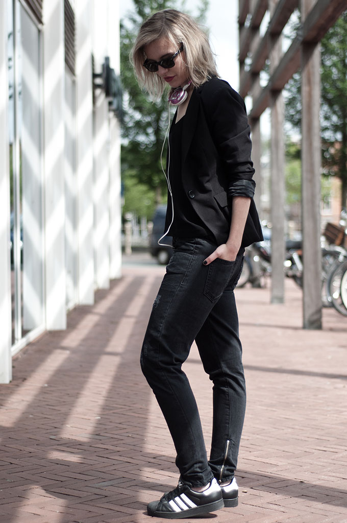 fashion trend streetstyle headphones pink all black outfit skullcandy adidas superstar baggy jeans