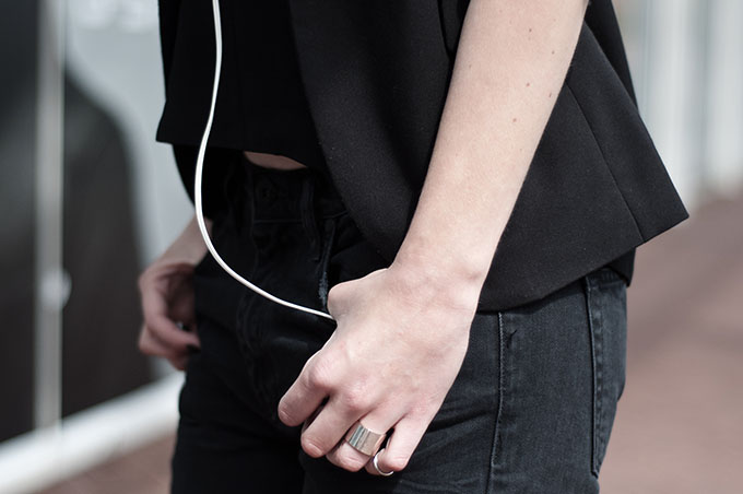 streetstyle outfit details headphones baggy jeans issue 1.3 slouchy boyfriend tappered bare midriff