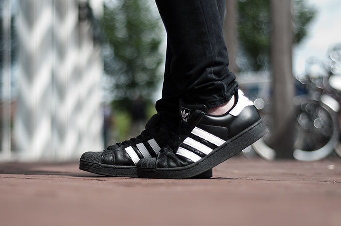 outfit details adidas superstar II sneakers low all black white stripes old school baggy jeans