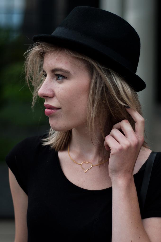 fashion blogger details rock chick model messy hair black fedora hat blond make up angelina jolie big lips