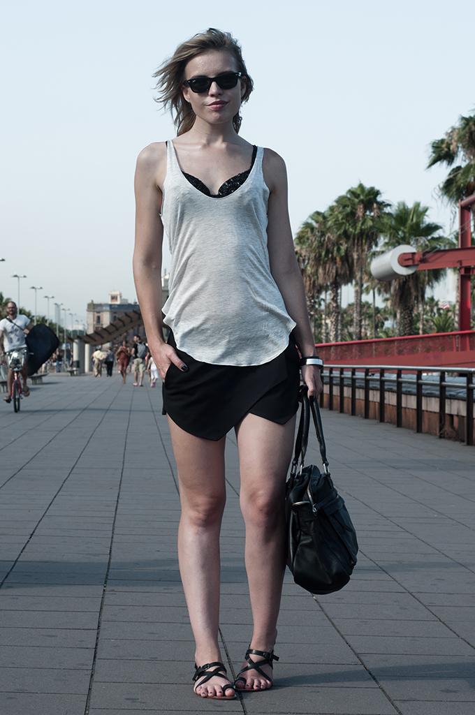 Outfit fashion blogger streetstyle barcelona city model black ebay crystal bra KO knock off zara skort ray-ban