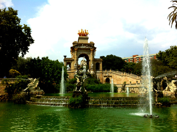 Barcelona guide must-visit must-see must-do park parc de la ciutadella architecture green vegetation lake beautiful breathtaking