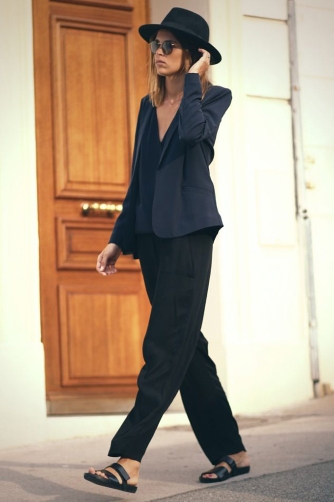 Fashion blogger streetstyle model off duty look outfit birkenstocks black hat baggy oversized wide trousers